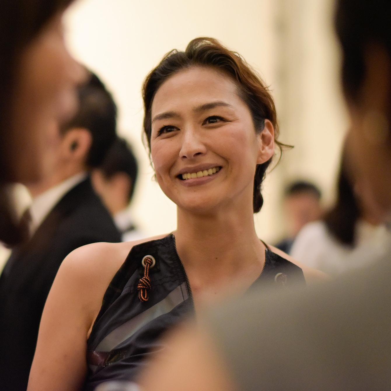 ヌードカラーのドレスの長谷川京子さん。圧倒的な艶っぽさ@ボッテガ・ヴェネタ