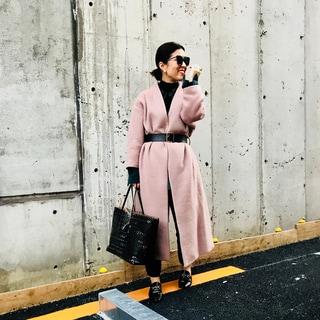 ウィム ガゼットの桜色コート、手持ちのベルトでモードに変身