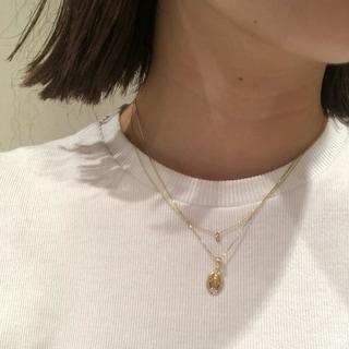 夏のシンプルスタイルにはゴールドのネックレス!