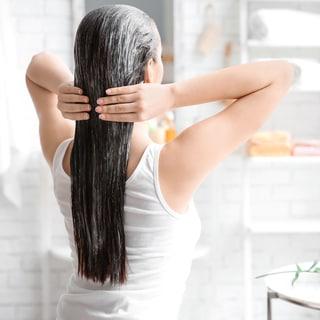 美容師直伝!市販のトリートメントでツヤ髪に仕上げるコツ【おこもり美容】