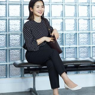 手持ちの黒パンツが新鮮に!オフィスで使いやすい色&柄トップス