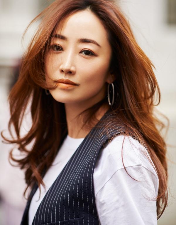 """神崎恵さんの私服公開「メンズライクなジレは""""血色なしメイク""""でとことんハンサムに」スライダー1_3"""