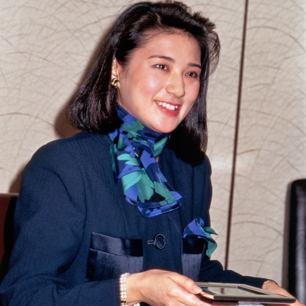 【雅子さまファッション】スカーフ使いが素敵なスタイル2選