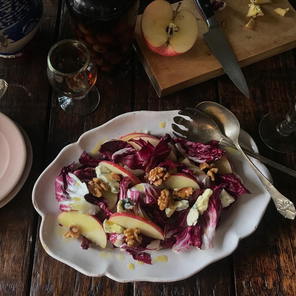 苦味と歯ごたえが絶妙! トレビスとりんごの大人サラダ【レシピ】