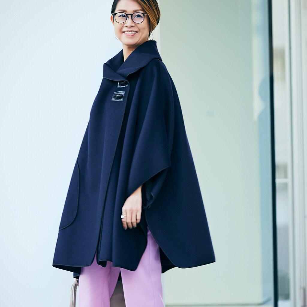 【スナップ】トレンドのケープ。きれい色のパンツを合わせて軽快な装いに