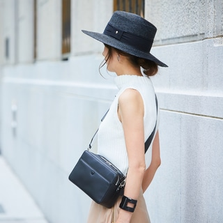 ニュアンスカラーの服は黒の小物で引き締めて