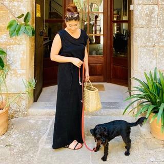 リネンの黒ワンピで小さな相棒とのカップルコーデ【パリジェンヌのリゾートファッション】