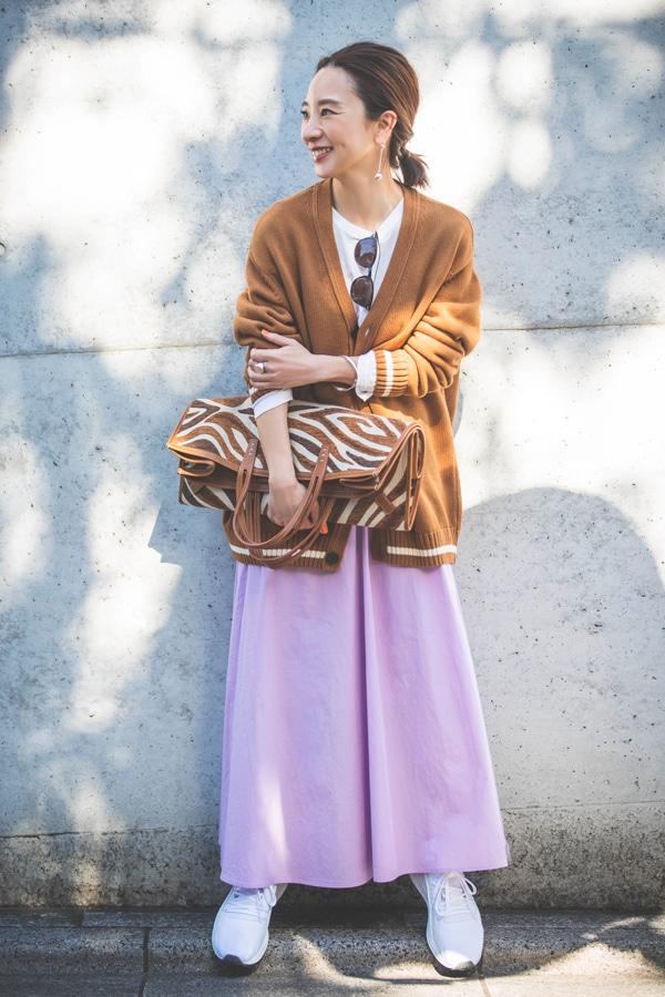 【ZARAコーデ】老けないフェミニンカジュアルの秘訣。きれい色スカートにはメンズのニットスライダー1_1